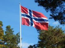 Drapeau de la Norvège sur un poteau blanc en ciel bleu photos stock