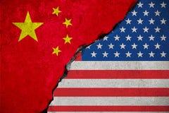 Drapeau de la République de Chine sur le mur de briques cassé et les demi Etats-Unis illustration stock