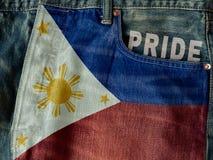 Drapeau de la république des Philippines avec le mot de fierté sur le denim j bleu image stock