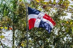 Drapeau de la République Dominicaine sur le tissage de poteau images stock