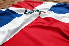 Drapeau de la R?publique Dominicaine sur un fond en bois de bureau Vue sup?rieure de drapeau dominicain en soie images stock