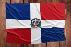 Drapeau de la R?publique Dominicaine sur un fond en bois de table Vue sup?rieure froiss?e de drapeau dominicain photographie stock