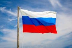 Drapeau de la République russe ondulant dans le vent images libres de droits