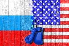 Drapeau de la Russie et des Etats-Unis peints sur le conseil en bois Course aux armements et rivalité Photos libres de droits