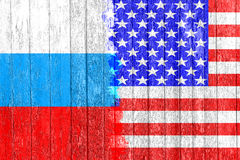 Drapeau de la Russie et des Etats-Unis peints sur le conseil en bois Course aux armements et rivalité Images libres de droits