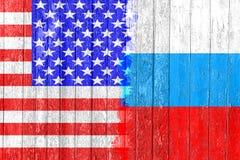 Drapeau de la Russie et des Etats-Unis peints sur le conseil en bois Course aux armements et rivalité Photographie stock