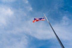 Drapeau de la Thaïlande avec le ciel bleu Image stock