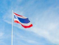 Drapeau de la Thaïlande avec le ciel bleu clair Photographie stock libre de droits
