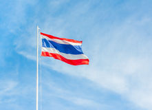 Drapeau de la Thaïlande avec le ciel bleu clair Image stock