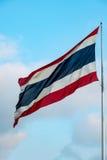 Drapeau de la Thaïlande contre le ciel bleu Photographie stock