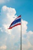 Drapeau de la Thaïlande contre les nuages et le ciel bleu Photo stock