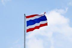 Drapeau de la Thaïlande ondulant avec le ciel bleu Photo libre de droits