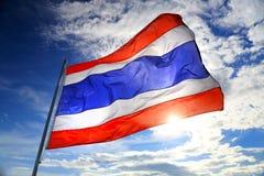 Drapeau de la Thaïlande ondulant dans le vent avec le beaux ciel bleu et soleil Image stock