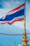 Drapeau de la Thaïlande ondulant sur le bâti d'or Photo stock