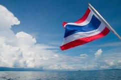 Drapeau de la Thaïlande sur le fond du ciel clair Photos libres de droits