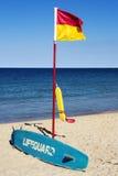 Drapeau de maître nageur, planche de surf et dispositif de flottaison images libres de droits