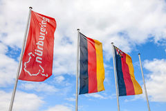 Drapeau de Nurburgring et drapeaux allemands au poteau Photographie stock libre de droits