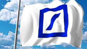 Drapeau de ondulation avec le logo de Deutsche Bank contre les nuages et le ciel Rendu 3D éditorial Photographie stock libre de droits