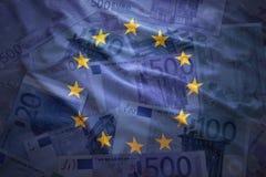 Drapeau de ondulation coloré d'Union européenne sur un euro fond Photographie stock libre de droits