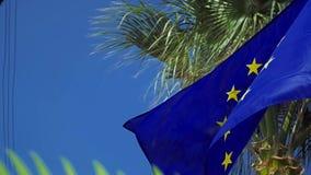 Drapeau de ondulation d'Union européenne dans le vent avec un ciel bleu clips vidéos