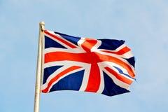 drapeau de ondulation dans le ciel bleu les anglais Photographie stock