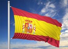 Drapeau de ondulation de l'Espagne sur le mât de drapeau Image stock