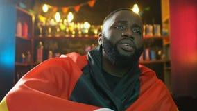 Drapeau de ondulation de fan afro-américaine de l'Allemagne dans le bar, renversement au sujet de défaite d'équipe de sports clips vidéos