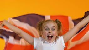 Drapeau de ondulation de fan drôle d'enfant de la Grande-Bretagne, encourageant pour l'équipe de sports nationale banque de vidéos