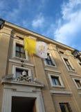 drapeau de ondulation de l'état papal de Vatican avec le symbole de la TW photos stock