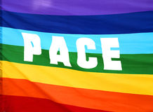 Drapeau de paix d'arc-en-ciel avec le PAS écrit en Italie Photo libre de droits