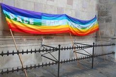Drapeau de paix d'arc-en-ciel pendant une démonstration des pacifistes italiens b Photos stock