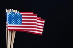 Drapeau de papier miniature Etats-Unis Drapeau américain sur le fond noir photo stock