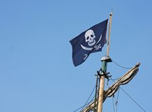 Drapeau de pirate qui vole au-dessus du bateau de corsaire Photographie stock libre de droits