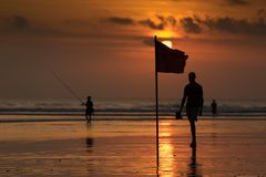 Drapeau de plage au coucher du soleil, plage de Kuta, Bali, Indonésie Photographie stock