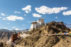 Drapeau de prière dans le château de Tsemo dans Leh, Ladakh, Inde Photographie stock libre de droits