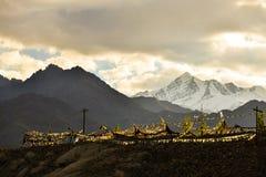 Drapeau de prière sur la montagne Photographie stock libre de droits