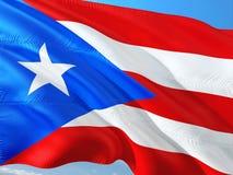 Drapeau de Puerto Rico ondulant dans le vent contre le ciel bleu profond Tissu de haute qualit? images stock