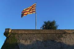 Drapeau de Senyera au château de Montjuic Photographie stock