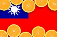 Drapeau de Taïwan dans le cadre horizontal de tranches d'agrumes photographie stock