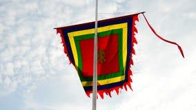 Drapeau de temple soufflant dans le vent - Hanoï Vietnam banque de vidéos