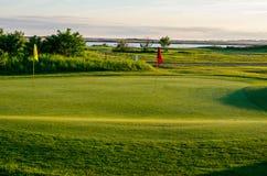 Drapeau de trou de terrain de golf Photographie stock libre de droits