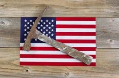 Drapeau des Etats-Unis d'Amérique et vieux marteau sur la BO en bois rustique Photographie stock libre de droits