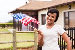 Drapeau des Etats-Unis de femme dehors images stock