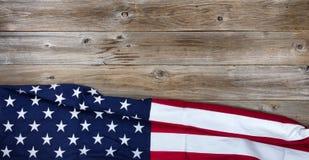 Drapeau des Etats-Unis de tissu sur le fond rustique de conseil en bois Photo stock
