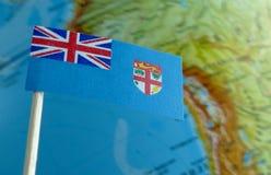 Drapeau des Fidji avec une carte de globe comme fond Image stock