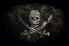 Drapeau des pirates sous forme d'empreinte digitale sur un fond noir illustration libre de droits