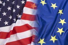 Drapeau des USA contre Drapeau d'Union européenne Photographie stock libre de droits