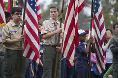 Drapeau des USA d'affichage de Boyscouts à l'événement 2014 solennel de Memorial Day, cimetière national de Los Angeles, la Calif Photographie stock