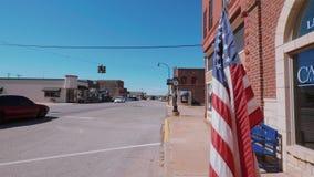 Drapeau des USA ondulant dans le vent chez Route 66 banque de vidéos