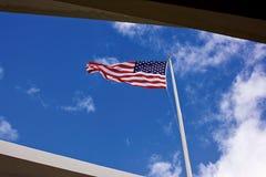 Drapeau des USA volant au-dessus du mémorial de l'Arizona Images stock